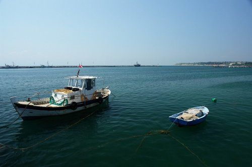 Factors to Consider When Hiring a Fishing Boat